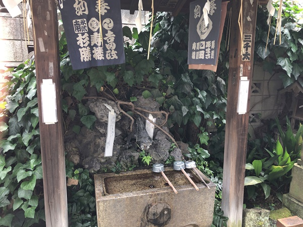 於岩稲荷田宮神社の手水石